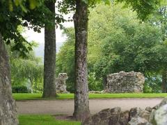 Château - Français:   Aula du Château de Domfront (France). Vestiges de la salle d\'honneur du château, dont il ne reste que ce pan de mur, sur la pelouse du parc Louis Blanchetière.