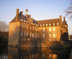 Ancien château -  Flers (Normandie, France). Le château (arrière).