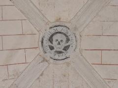 Chapelle Notre-Dame-de-Pitié - Chapelle Notre-Dame-de-Pitié de Longny-au-Perche (61). Intérieur. Clef de voûte de la chapelle sous la tour-clocher. Symbole de la confrérie de la Charité de Longny avec la légende