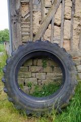 Manoir de Loraille - Français:   Saint-Roch-sur-Égrenne, Orne, France. Manoir de Loraille: roue de tracteur dans la cour.