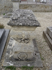 Eglise - Français:   calice et ciboire croisés, chasuble , sculptures  qui marquent la tombe d\'un prêtre