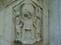 Eglise Saint-Pierre - Français:   Un des deux chapiteaux du portail roman de l\'église de Boulon représentant trois hommes , bras levés