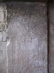 Eglise Saint-Ouen - Français:   église Saint-Ouen de Caen, pierre tombale encastrée sous le porche avec l\'effigie de Bernadin Le Prévost, curé de la paroisse mort de la peste en 1631.