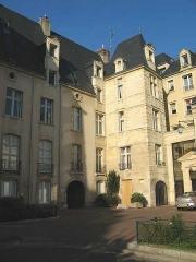 Ancien hôtel Duquesnoy-du-Thon -  Hôtel Duquesnoy de Thon