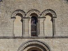 Eglise - Français:   Cresserons (14) la façade occidentale de l\'église est ornée d\'un triplet de baies en plein-cintre de mêmes dimensions. La fenêtre et les deux baies aveugles sont encadrées par des colonnettes et leurs archivoltes sont ornées de frettes crénelées.