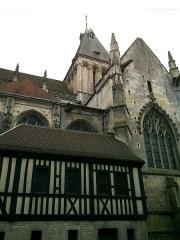 Eglise Saint-Gervais-Saint-Protais -  Calvados Falaise Eglise Saint-Gervais Transept Nord Tour Lanterne Romane Logis 23042016