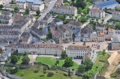 Eglise de la Trinité - Falaise: la place Guillaume le Conquérant et l'église de la Trinité.