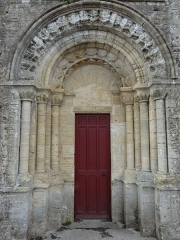 Eglise - Français:   Porte romane ouverte dans la façade sud de l\'église, entre la nef et le choeur