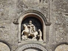 Eglise - Français:   Charité de Saint Martin au dessus du portail occidental de l\'église. Datant de 1601, cette sculpture représente Saint Martin, sous les traits  du roi Henri IV, donnant la moitié de  son manteau  à un nécessiteux.