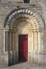 Eglise - Français:   Formigny (Normandie, France). Le portail méridional de l\'église Saint-Martin.