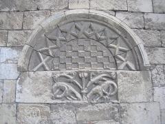 Eglise Saint-Clair - Français:   Hérouville-Saint-Clair (Normandie, France). Tympan et linteau de la porte du Prêtre, porte méridionale bouchée.