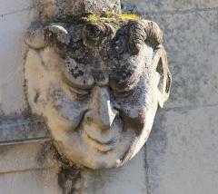 Eglise Saint-Clair - Français:   Mascaron: figure humaine sur le côté droit du portail de l\'église Saint-Clair d\'Hérouville-Saint-Clair (Calvados)
