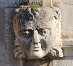 Eglise Saint-Clair - Français:   Figure humaine sur le côté gauche du portail de l\'église Saint-Clair d\'Hérouville-Saint-Clair (Calvados)