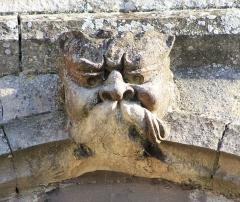 Eglise Saint-Clair - Français:   Figure grotesque au dessus du portail de l\'église Saint-Clair d\'Hérouville-Saint-Clair (Calvados)
