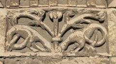 Eglise Saint-Clair - Français:   Détail du tympan de la porte du Prêtre représentant deux animaux fantastiques fouillant au pied d\'un arbre, sur la façade sud de l\'église Saint-Clair d\'Hérouville-Saint-Clair (Calvados)