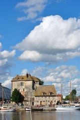 Bâtiment dit la Lieutenance - English: The old port with its historic building.
