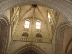 Eglise - Français:   intérieur de la tour lanterne,premier étage, galerie et fenêtres sont ornées de balustres.