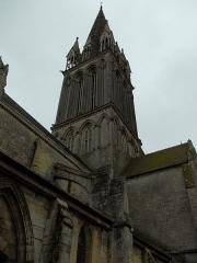 Eglise - Français:   Tour de l\'église Saint Martin de Langrune et arcs-boutants de la nef