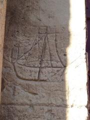 Eglise - Français:   graffiti marin gravé dans la pierre sur la façade sud de l\'église de Langrune