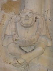 Eglise - Français:   cul-de-lampe dans l\'église de Langrune, personnage à sa lecture