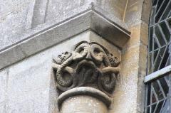 Eglise - Français:   Chapiteau extérieur de l\'église Saint-Pierre à Lion-sur-Mer (Calvados)