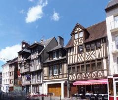 Maison - Français:   Lisieux (Normandie, France). Les bâtiments des 112, 114, 116 et 118 Rue Henri-Chéron.