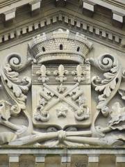 Ancien palais épiscopal, actuellement palais de justice - Français:   Blason de la ville de Lisieux sur le fronton du bâtiment face aux anciens jardins épiscopaux.