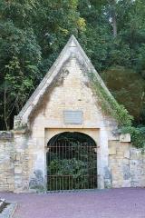 Eglise - Français:   Restes de l\'ancien portail (XVIIIe), lieu où se réunissaient jadis le conseil de fabrique des habitants de Louvigny pour délibérer sur les affaires intéressant la communauté, situé au sud du cimetière de l\'église Saint-Vigor de Louvigny (Calvados)