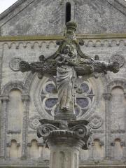 Croix en pierre - Français:   Cette face de la partie supérieure de la croix représente la Vierge tenant l\'enfant Jésus dans ses bras