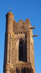 Ancienne église - Français:   Luc-sur-Mer (Normandie, France). Le haut du clocher de l\'église Saint-Quentin.