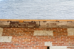 Eglise - Français:  Détails du clocher de l'église Saint-Sébastien de Préaux-Saint-Sébastien (France). Un panneau interdit la mendicité dans la commune. La date d'édification du clocher (1599) est peinte sur une poutre.