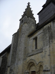 Eglise - Français:   tourelle de pierre de l\'église au toit à quatre pans orné d\'acrotères