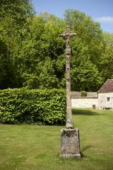 Ancienne abbaye Saint-Etienne-de-Fontenay - croix à l'entrée