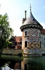 Château, actuellement annexe du musée intercommunal de Lisieux - English: Stone and glazed brick tower.