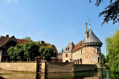 Château, actuellement annexe du musée intercommunal de Lisieux - English: There are 2 parts of architecture; timber-framed manor house and building stone and glazed brick.
