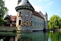 Château, actuellement annexe du musée intercommunal de Lisieux - English: The moat of the castle.