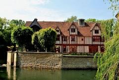 Château, actuellement annexe du musée intercommunal de Lisieux - English: The timber-framed manor house.