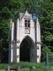 Ancienne abbaye -  Banneville-la-Campagne (Normandie, France). La porte de l\'abbaye Saint-Martin de Troarn, démontée puis remontée à Banneville.