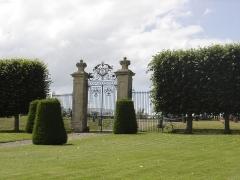 Château de Vendeuvre - Français:   Le portail du château de Beuville incendié en partie en 1944 et démoli par la suite a été démonté et orne maintenant l\'entrée du château de Vendeuvre (Calvados)