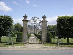 Château de Vendeuvre - Français:   ce portail provient du château de Beuville (Calvados) aujourd\'hui disparu. Il orne l\'entrée du château de Vendeuvre depuis 1972
