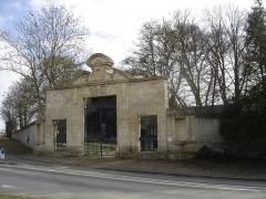Château de Vendeuvre - Français:   Porte du parc du château de Beuville qui porte la date de 1668. Le Château a été endommagé en 1944 et n\'existe plus aujourd\'hui.Par contre la porte située devant l\'allée bordée d\'arbres qui conduisait à ce château a été démontée et installée au château de Vendeuvre
