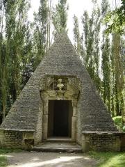 Château de Vendeuvre - Français:   la glacière est surmontée d\'un pavillon en forme de pyramide.Au dessus de la porte un buste de Perséphone , déesse de l\'Olympe qui résidait sous terre pendant l\'hiver avec son mari Hadès.