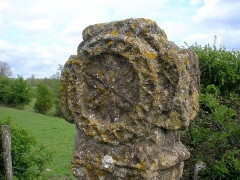 Croix - Français:   Vendeuvre (Normandie, France). Tête de la croix romane de Grisy.