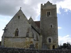 Eglise de Grisy - Français:   église Saint-Brice , le clocher latéral est surmonté d\'un parapet crénelé.