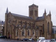 Eglise Notre-Dame -  Edifiée au XIIIème siècle, sur les bases d'une chapelle romane du XIIème siècle, en style gothique primitif, elle fut agrandie en diffèrents styles jusqu'au XVIème siècle: élévation du choeur gothique flamboyant dont le maître d'oeuvre serait celui de la Merveille du Mont-Saint-Michel. Restaurée en 1948 après les bombardements du 6 juin 1944.