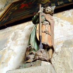 Ancien prieuré - English: Saint Michael's statue, painted wood, XVIth century. Saint-Laurent church.