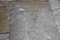 Eglise - Deutsch: Katholische Kirche Saint-Martin in Auxey-Duresses im Département Côte-d'Or (Bourgogne-Franche-Comté/Frankreich), Grabplatte
