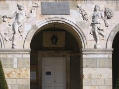 Couvent des Ursulines - Français:   Hermès et Cérès sur le fronton du couvent des Ursulines