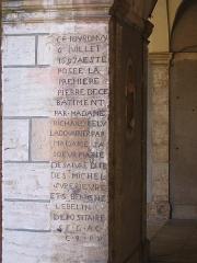 Couvent des Ursulines - Français:   Incription gravée sur un pilier du cloître du couvent des Ursulines (actuel Hôtel de ville de Beaune). Elle commémore la pose de la première pierre, le 6 juillet 1697, par Mme Richard l\'Élue, Marie de Sayvre dite de Saint Michel, supérieure du couvent et Bénigne Lebelin.