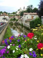Pont dit Pont du Pertuis-au-Loup - Français:   L\'église Saint-Vorles depuis le centre ville